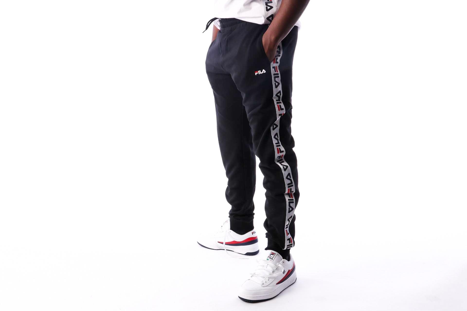 Foto van Fila TADEO Tape Sweat Pants 682365 Trainingsbroek black