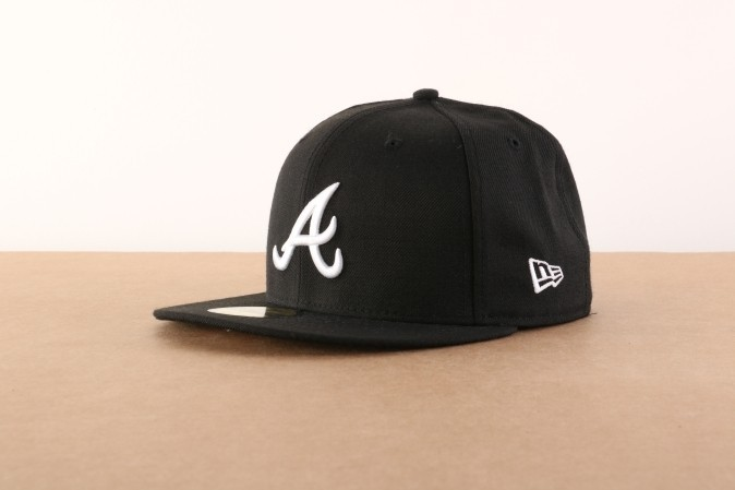Foto van New Era 10047487 Fitted cap MLB basic Atlanta Braves Zwart