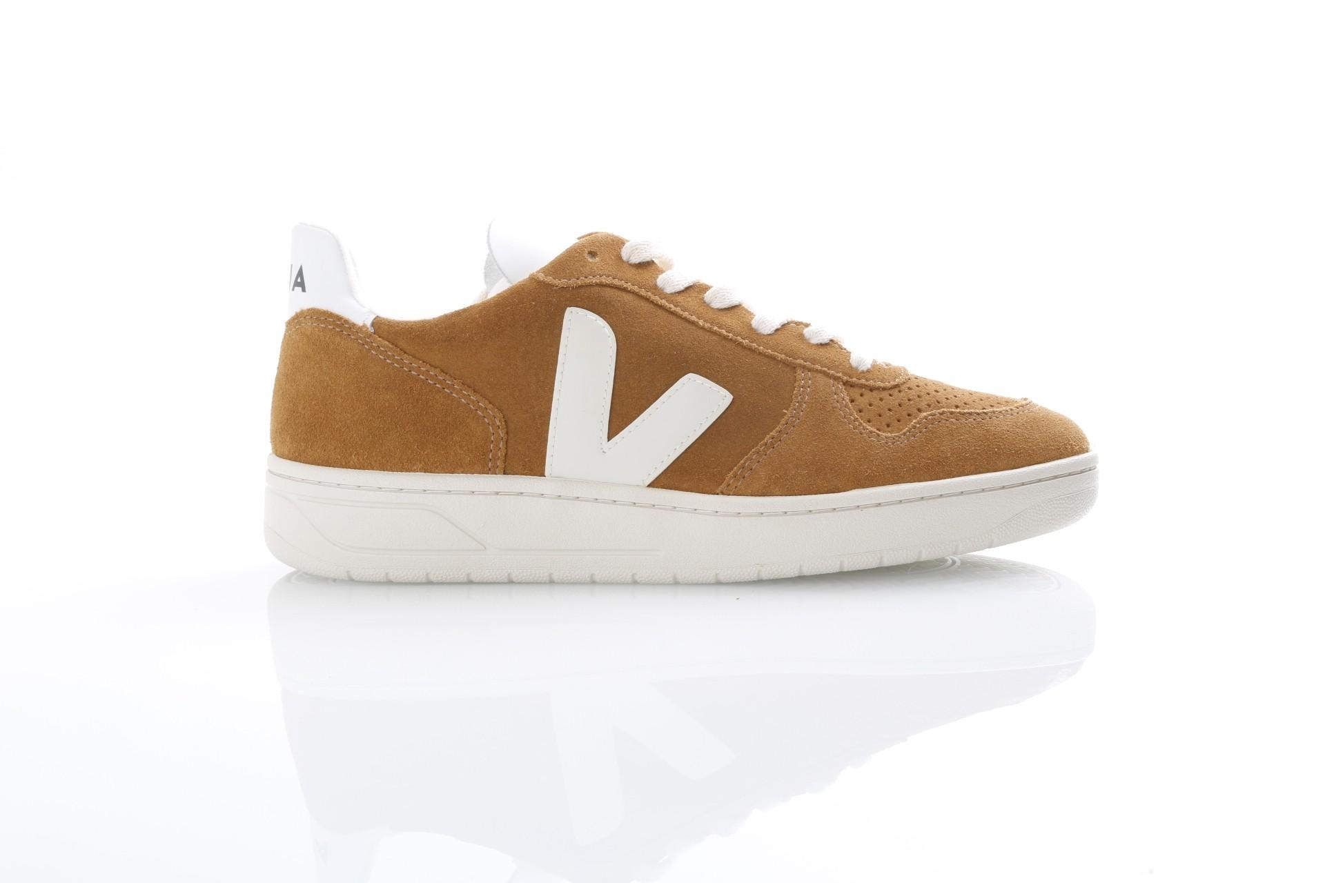 Foto van Veja VX031546 Sneakers V-10 suede Bruin