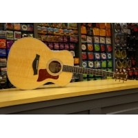 Foto van Taylor 416e Solid Sitka spruce top, solid Ovankol back and sides incl. hardcase
